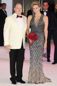 Princess Charlene of Monaco in Atelier Versace e Prince Albert II of Monaco al 70th annual Red Cross Gala al Monte-Carlo Sporting Club