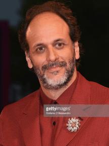 Luca Guadagnino indossa una spilla in oro giallo e platino con diamanti disegnata da Jean Schlumberger per Tiffany & Co. al Venice Film Festival 2018