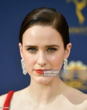 Rachel Brosnahan con orecchini in platino e diamanti della collezione Tiffany Paper Flowers agli Emmy Awards