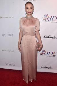 Kate Bosworth in Beulah London e sandali Stuart Weitzman al RIDE Foundation gala, Santa Monica