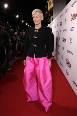Tilda Swinton in Schiaparelli Couture alla 'Suspiria' Premiere, Los Angele