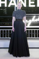 Tilda Swinton in Chanel second look al Chanel 2018-19 Cruise Replica show, Bangkok