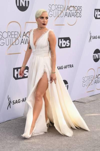 Lady Gaga in DIor Haute Couture, sandali Jimmy Choo e gioielli Tiffany & Co. ai SAG Awards 2019