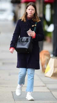 Mia Goth con la Burberry Belt Bag, Los Angeles Pictured: Mia Goth BACKGRID USA 14 FEBRUARY 2019 BYLINE MUST READ: CITY / BACKGRID USA: +1 310 798 9111 / usasales@backgrid.com UK: +44 208 344 2007 / uksales@backgrid.com *UK Clients - Pictures Containing Children Please Pixelate Face Prior To Publication*