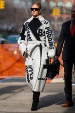Rosie Huntington-Whiteley con cappotto Celine, Paris