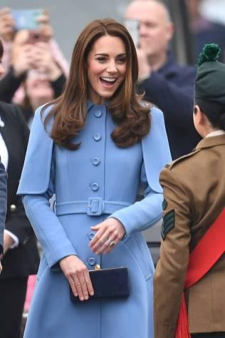 La Duchessa di Cambridge in Mulberry e clutch Kimmy Choo in visita a Ballymena, Northern Ireland