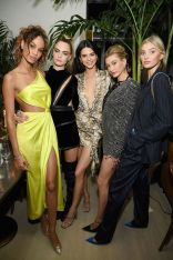h Joan Smalls, Cara Delevingne, Kendall Jenner, Hailey Bieber, and Elsa Hosk alla Times Square Edition Premiere