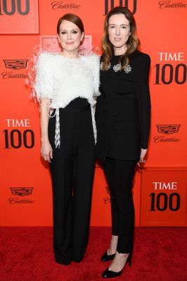 Julianne Moore e Clare Waight Keller, entrambe in Givenchy, al Time 100 Gala
