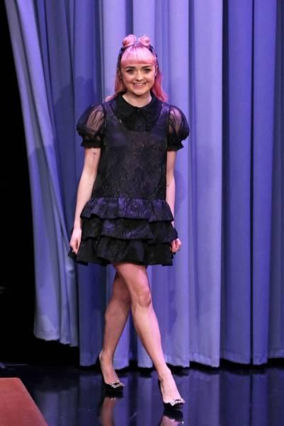 Maisie Williams in Ryan Lo e scarpe Roger Vivier al The Tonight Show, New York -