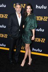 George e Amal Clooney, in Oscar de la Renta, alla premiere of Catch-22.