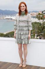 Julianne Moore in Valentino con gioielli Chopard al The Staggering Girl photocall, Cannes FIlm Festival