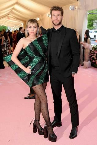 Miley Cyrus e Liam Hemsworth, entrambe in Saint Laurent, al MET Gala, NY