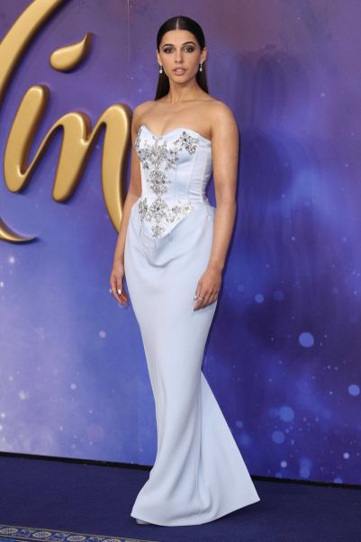 Naomi Scott in Burberry all'Aladdin London gala