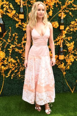 Jennifer Lawrence in Rosie Assoulin al Veuve Clicquot polo, New Jersey