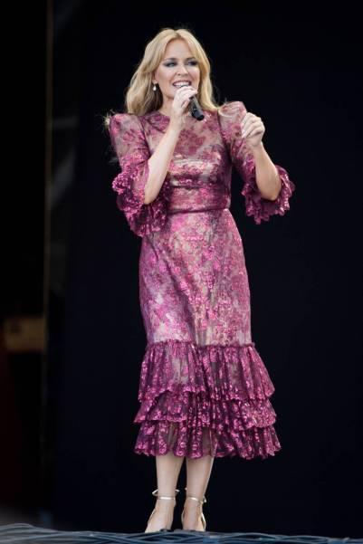 Kylie Minogue in Vampire's Wife al Glastonbury Festival, Somerset