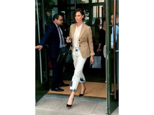 Charlize Theron con la Mystic bag di Givenchy