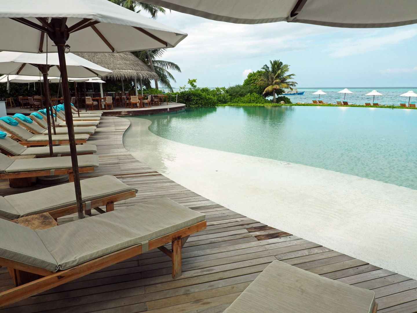 Veli Bar and Infinity Pool LUX Maldives