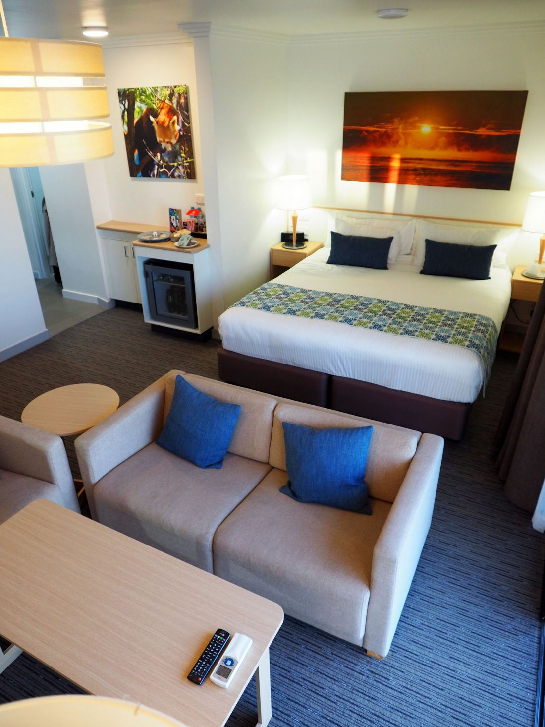 Bed and lounge in room at Sails Port Macquarie