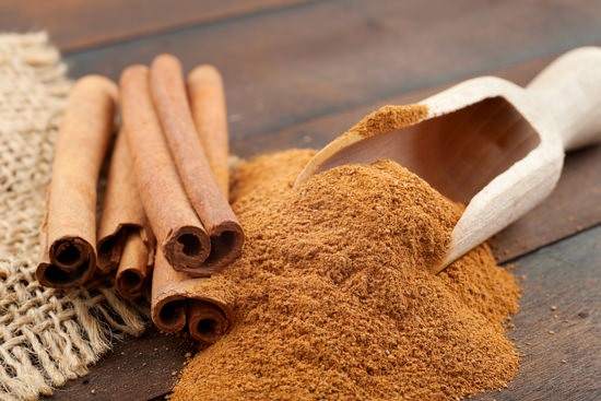 Powder and sticks of cinnamon