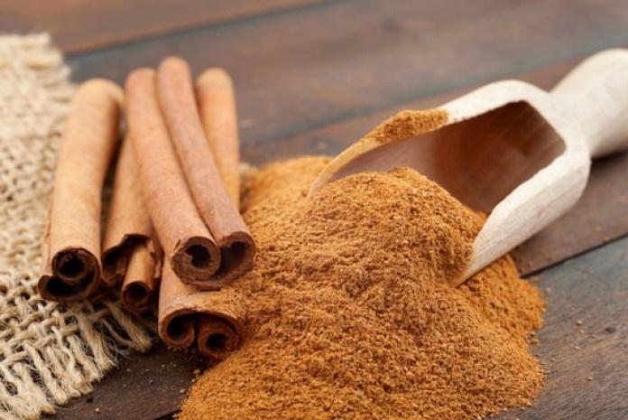 Powder and sticks of cinnamon (dalchini)