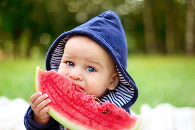 kid eating fruits