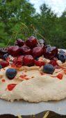 Pavlova cake berries