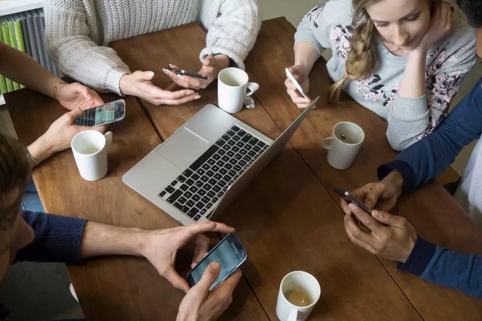 Pequenas empresas gerenciando contas de mídia social