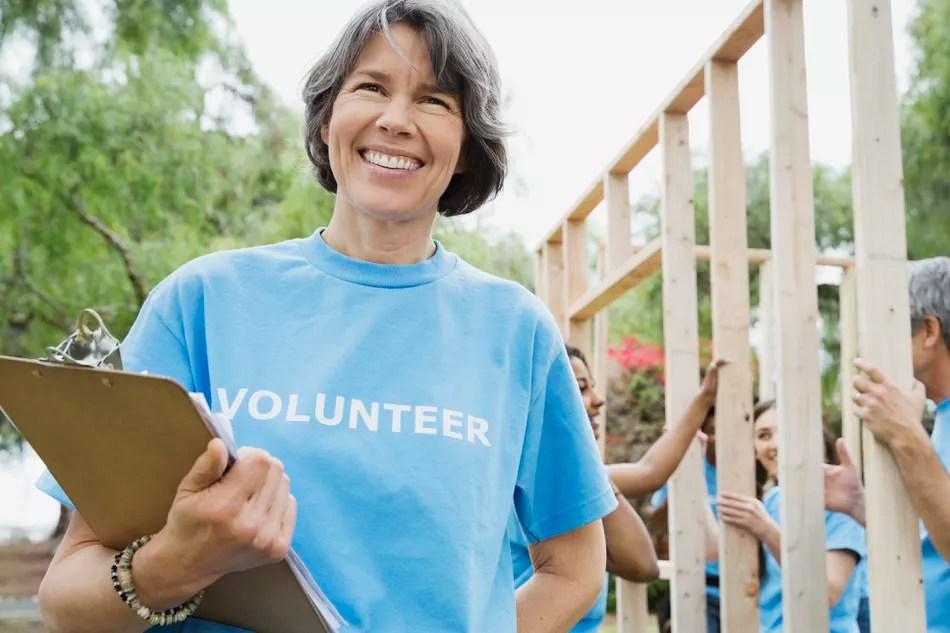 Voluntariado de mulher no canteiro de obras