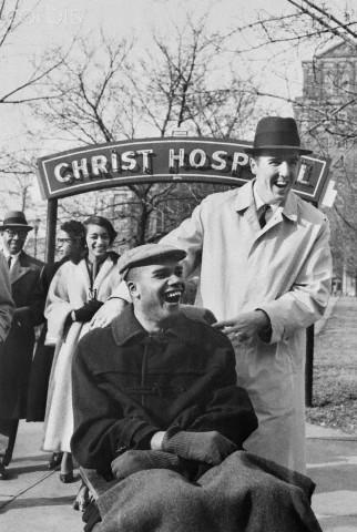 28.1.1960 κι ο Stokes, πάντα με την συνοδεία του Twyman φεύγει για πρώτη φορά από το νοσοκομείο για να δει αγώνα των Royals