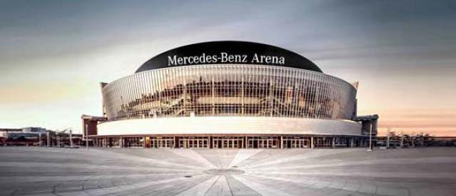 Το επιβλητικό Mercedes-Benz Arena εξωτερικά...