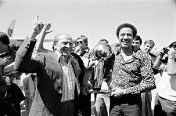 Ο Sam Schulman με τον coach Lenny Wilkens πανηγυρίζουν το μοναδικό πρωτάθλημα των SuperSonics στην Ιστορία. Και μόνο για αυτό, ο τύπος αξίζει το σεβασμό μας.