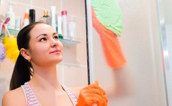 Cómo limpiar la mampara de la ducha en 3 pasos