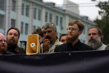 Korchynskyi am Megaphon, links davon Alexandr Dugin bei einer Kundgebung der Eurasischen Union