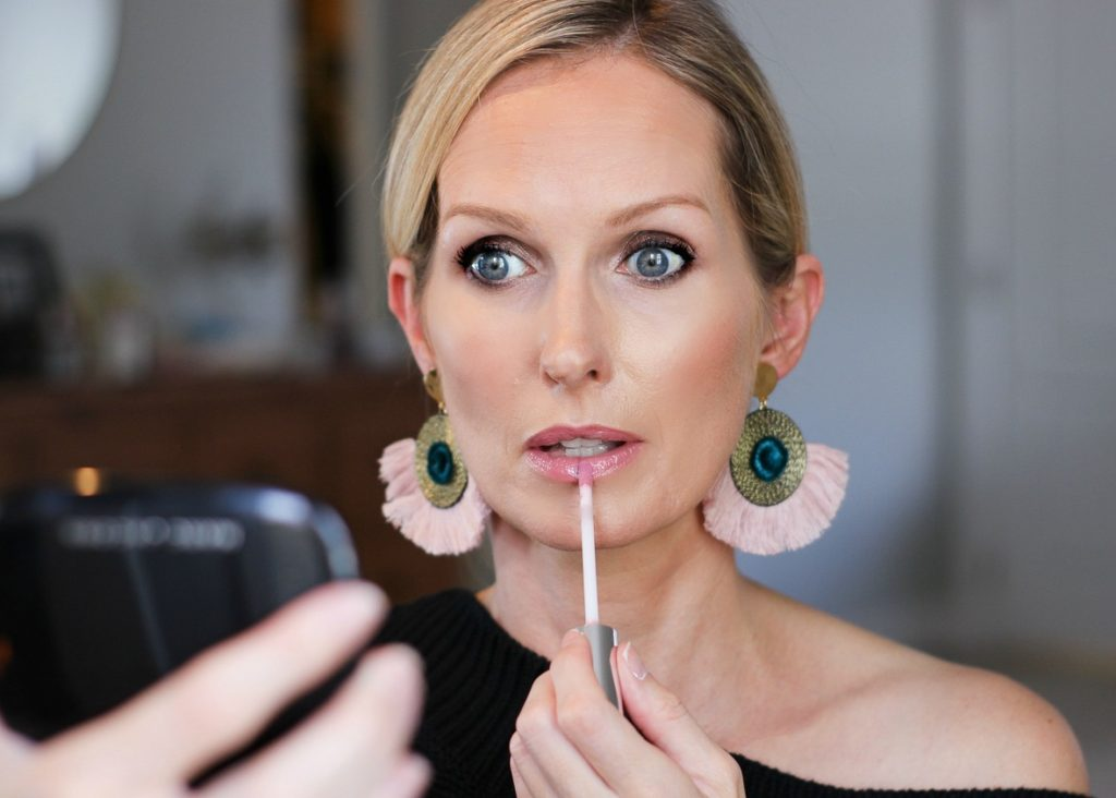 I am sharing a glowing bronzer makeup look on the blog today, perfect for the holidays. The focus is a quick & easy smoky eye that anyone can achieve in 3 easy steps. The rest of the look is clean and fresh. Foolow my tutorial and you will be a glowing a bronze and glowing goddess in no time| easy smoky eye, 4 steps to a smokey eye, easy smokey eye makeup tutorial, over 40 makeup, #makeuptutorial #smkokeyeyetutorial #over40makeup #holidaymakeup