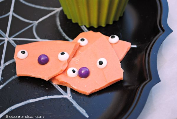 Fun halloween recipe for kids, spooky halloween bark at thebensonstreet.com