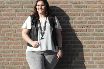 black, white & grey jeans, miss etam, bycleo, Bandolera, thebiggerblog, Josine Wille, plussize, curvy, curves, body positive, self confident, plussize fashion blog, fashion blogger, fashion Inspo, influencer, plussize influencer, content creator, leren gilet, leather waistcoat, grey wash jeans, plisse blouse, brunette, size 20, size 22, maat 48, maat 50, jeans maat 50, super stretch jeans, comfortabele spijkerbroek, goedkope plussize kleding, shop your shape