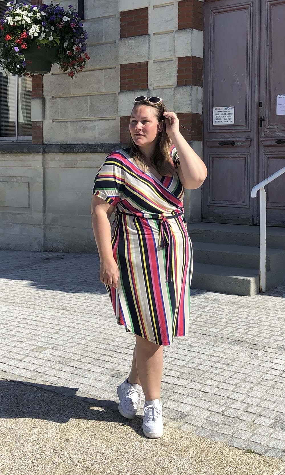plus size fashion blogger in zuid Frankrijk in een jurk van hema met strepen en witte sneakers