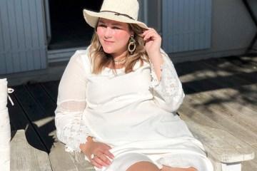 zittend op een stoel in de zon op het terras