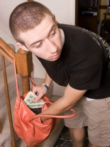 teen-stealing-money-from-purse