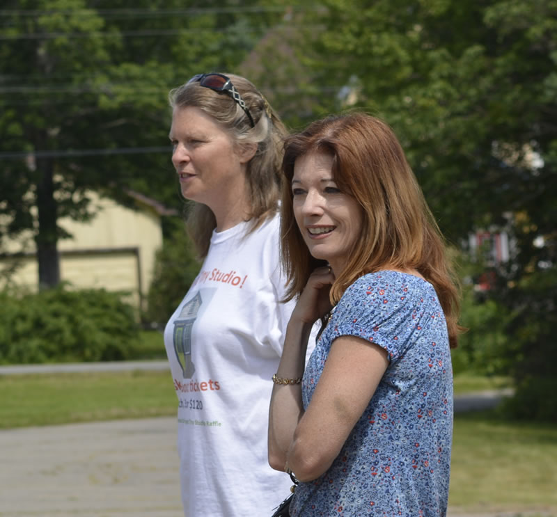 Heather Holm showing Colleen Jones around the site. D. Robinson photo.