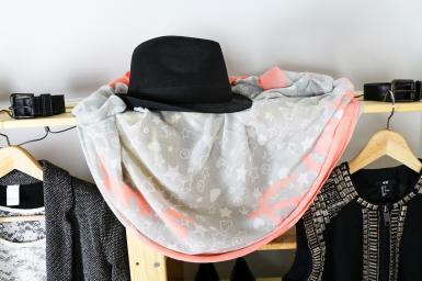 Kleidungsstücke in der Küche