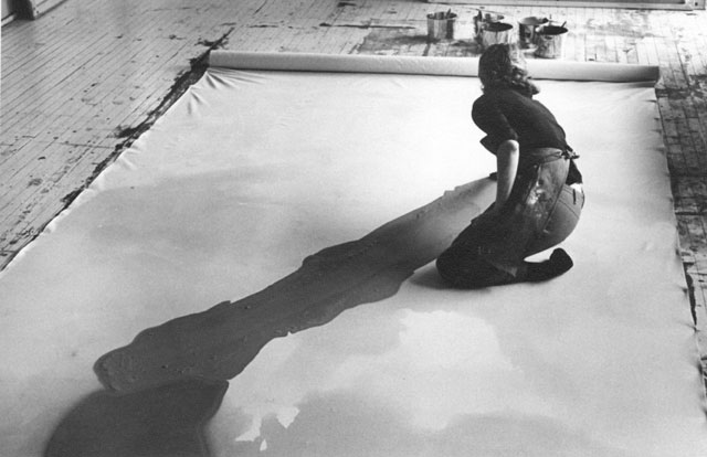 https://i1.wp.com/www.thebohmerian.com/wp-content/uploads/2011/12/Jewish-American-abstract-expressionist-painter-and-artist-Helen-Frankenthaler-photographed-working-in-her-new-york-studio-by-Austrian-photographer-Ernst-Haas-2.jpg