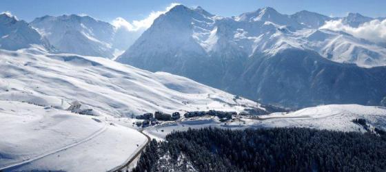 Ski run recreates classic 007 scene