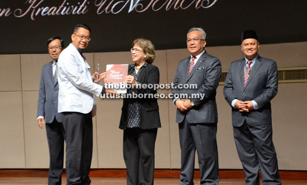 Noorul Ainur (third right) presents the Special Magu Art and Recreative Award to Dr Musdi Shanat.