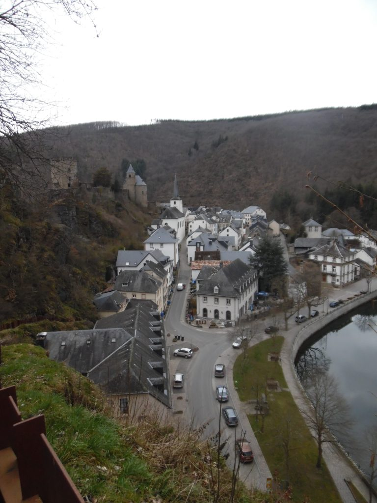 The river goes around Esch-sur-Sure.