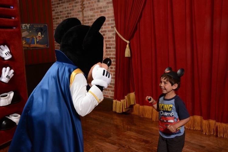 Disneyland vs. Disney World: Mickey at Town Square Theater in the Magic Kingdom talks!!