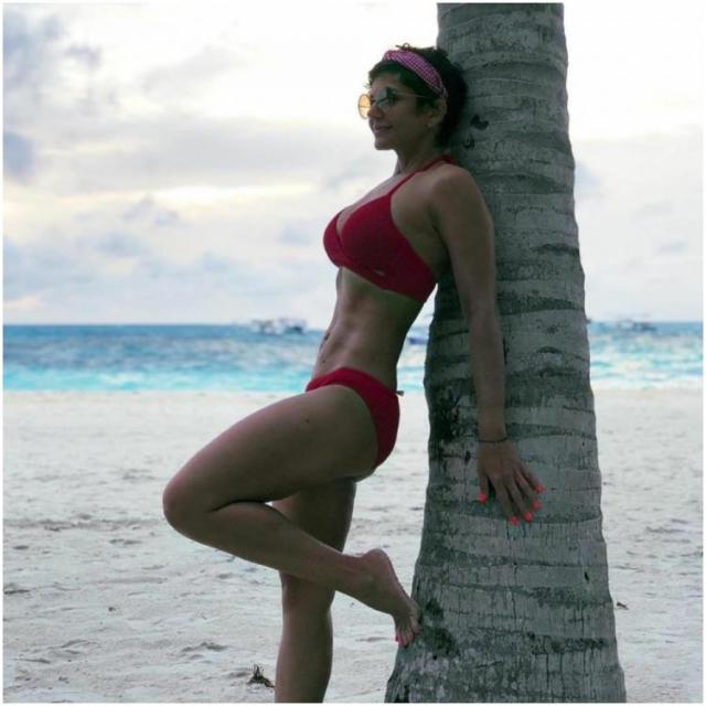 Mandira Bedi Bold Indian actress-model hot bikini pictures