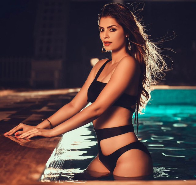Super hot model model actress Sonali Raut in sexy pictures