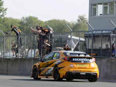#25 Matt Neal GBR Halfords Yuasa Racing Honda Civic Type R team celebrate