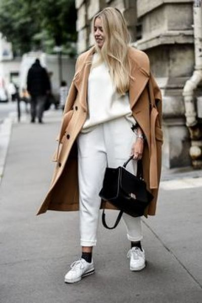 Look athleisure bianco cappotto cammello outfit The Chic jam